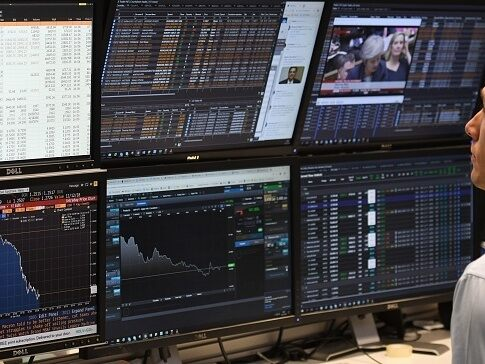 Markets quiet amid US holiday, oil stocks impair FTSE 100