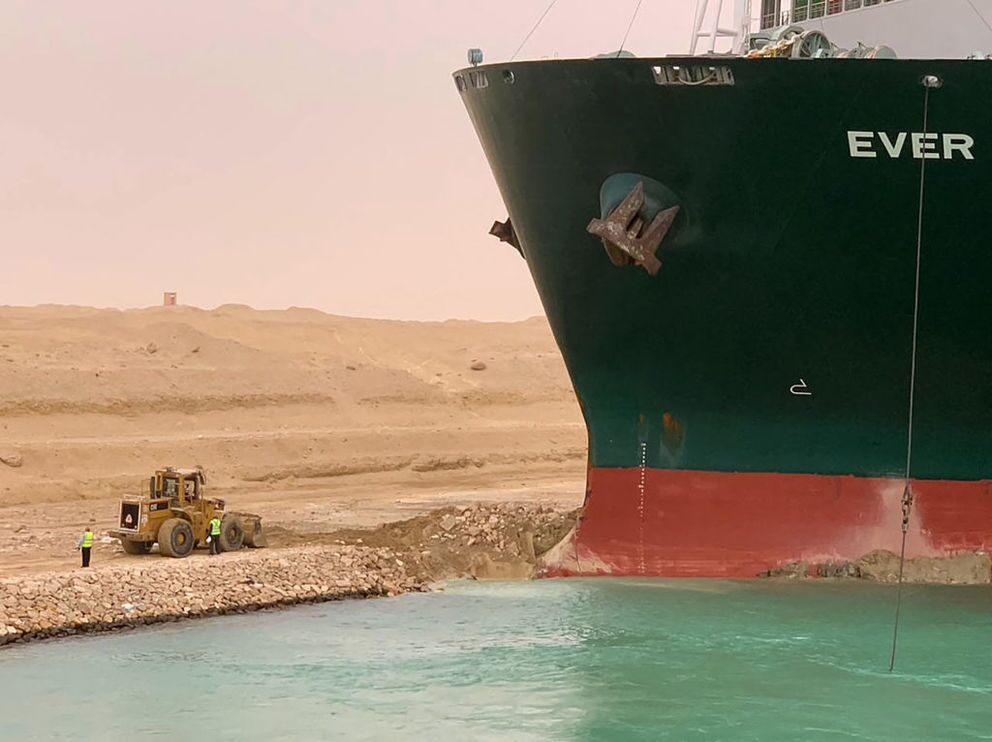 Suez tanker still stuck in the bank